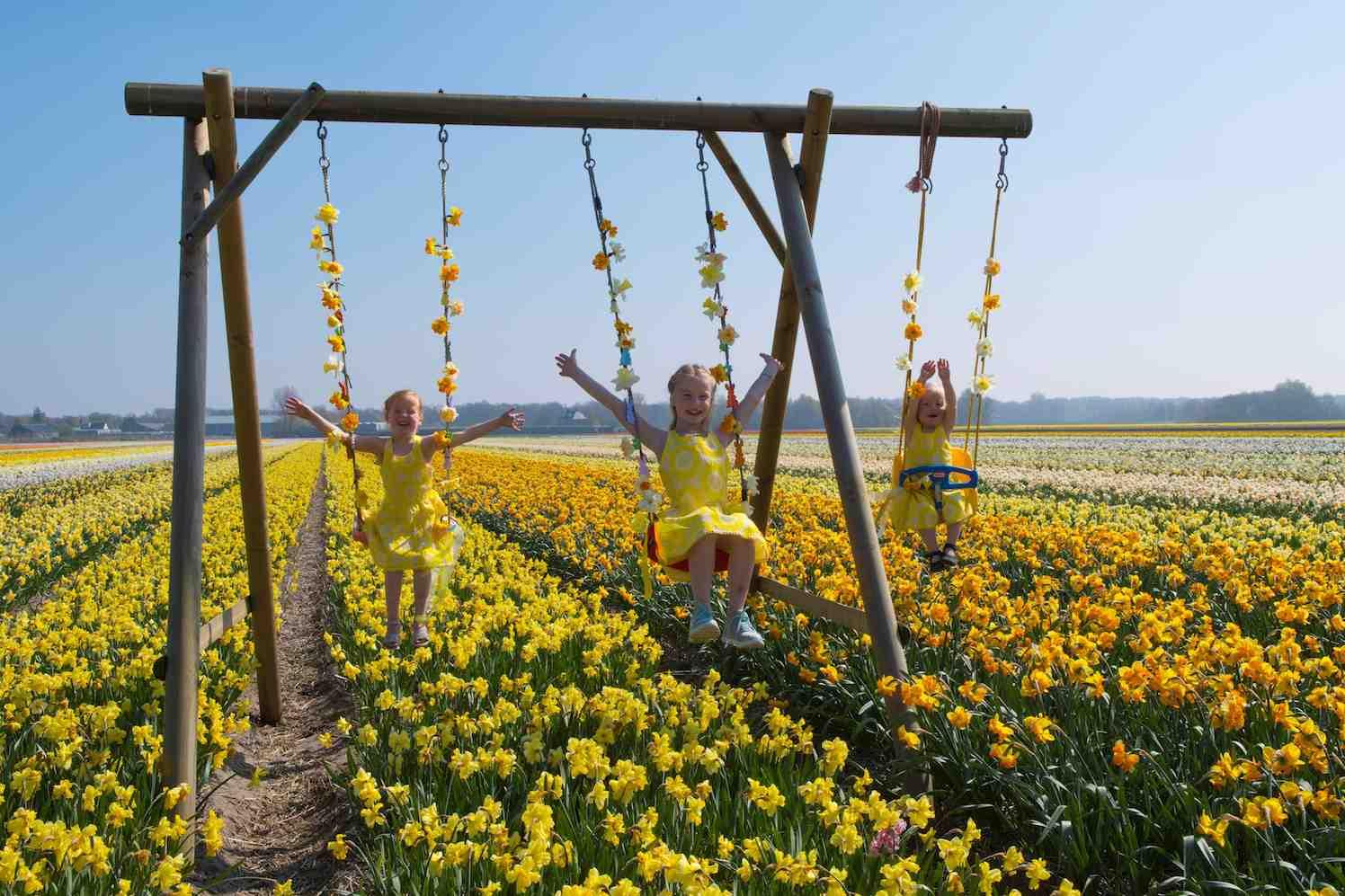 bloemenmeisjes boven bollenveld