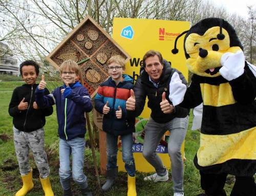 Freek Vonk onthult met schoolkinderen bijenhotel