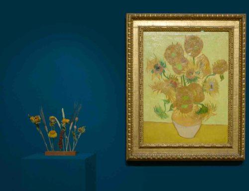 Gedroogde zonnebloemen en van Van Gogh op voetstuk